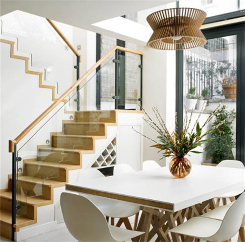 伴随着室内装修精美度的提高,楼梯木扶手也刚开始注重长相,好用和美
